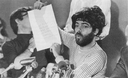 Jerry Rubin holds up a note from fellow defendant Bobby Seale who had been gagged during the previous day's trial session. (AP/Wide World Photos)